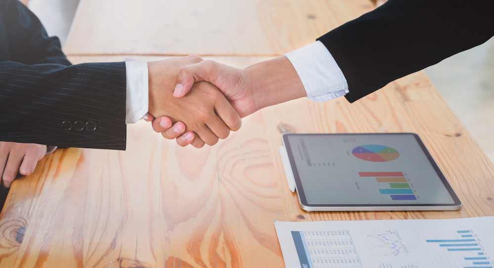 Dominar técnicas de negociação oferece vantagens e resultados positivos. Trata-se, portanto, de uma competência indispensável ao desenvolvimento profissional.